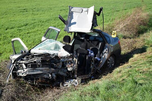 Osobné auto zostalo po nehode na šrot.