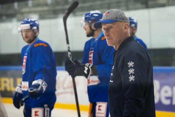 Craig Ramsay (vpredu) s hráčmi slovenskej hokejovej reprezentácie.