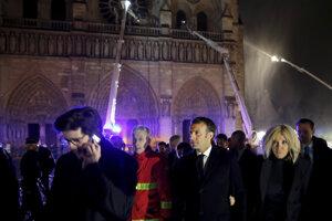 Emmanuel Macron s manželkou Brigitte pri horiacej Katedrále Notre-Dame v Paríži počas požiaru.