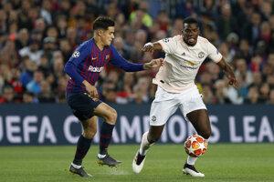 Hráč Manchesteru United Paul Pogba (vpravo) bojuje o loptu s Philippem Coutinhom z  Barcelony v 2. zápase štvrťfinále Ligy majstrov FC Barcelona - Manchester United na štadióne v Barcelone 16. apríla 2019.
