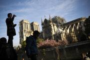 Turisti si fotia zničenú katedrálu, jej obnova potrvá najmenej päť rokov.