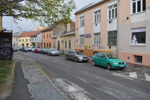 Odstavené auto po štyroch mesiacoch už nezaberá parkovacie miesto.