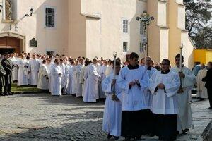 Vyše tristo kňazov prichádza na slávnostnú sv. omšu.