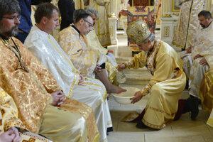 Košický gréckokatolícky biskup Milan Chautur počas obradu umývania nôh kňazov.