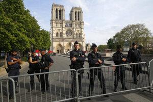 Na vyšetrovaní požiaru v Notre-Dame sa údajne podieľa okolo päťdesiat policajtov.