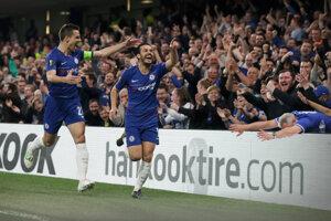 Domáci Pedro (vpravo) sa teší zo svojho gólu.