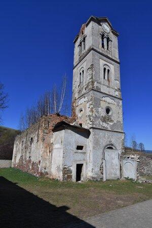 Schátraný evanjelický kostol a veža v Lomničke