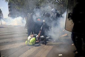 Policajný zásah proti demonštrujúcim.