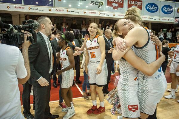 Hráčky MBK Ružomberok a tréner Juraj Suja (celkom vľavo) sa radujú zo zisku titulu majsteriek Slovenska v basketbale po víťaznom 3. zápase finále play off slovenskej extraligy žien v basketbale medzi MBK Ružomberok - Piešťanské Čajky v Ružomberku v sobotu 20. apríla 2019.