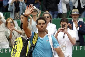 Španielsky tenista Rafael Nadal máva divákom po prehre proti Talianovi Fabiovi Fogninimu počas semifinálového zápasu na turnaji ATP v Monte Carle 20. apríla 2019.