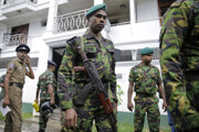 Srílanskí vojaci po útokoch.