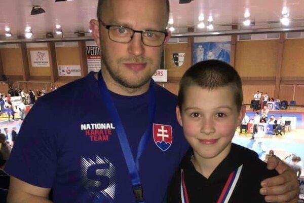 Richard Páleš – 1. miesto v kumite s trénerom Tomášom Klemanom.