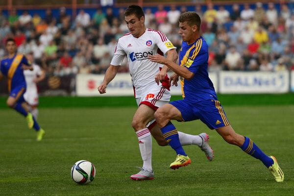 Milan Šimčák (v žlto - modrom) v súboji s Matúšom Berom.