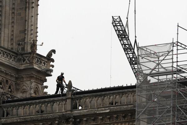 Obhliadka poškodenej strechy katedrály Notre-Dame.