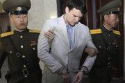Otto Warmbier v rukách severokórejskej polície.