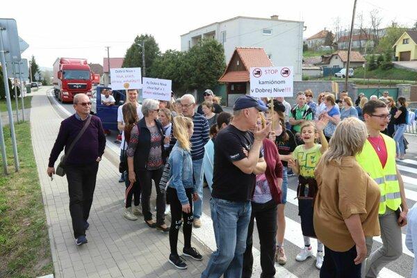 V Dobrej Nive dnes zablokovali hlavnú cestu s tranzitom na Maďarsko.