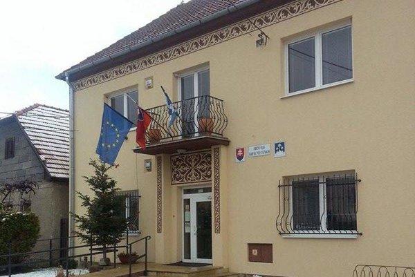 Obecný úrad v Kamenci pod Vtáčnikom.