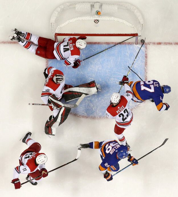 Momentka zo zápasu New York Islanders - Carolina Hurricanes.