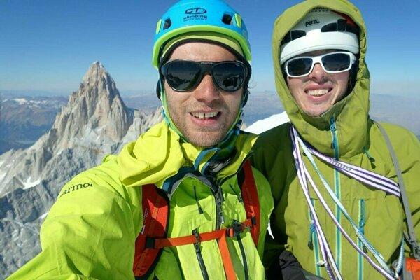 Vľavo Jozef Krištoffy, vpravo Ondrej Húserka n vrchole Cerrro Torre.