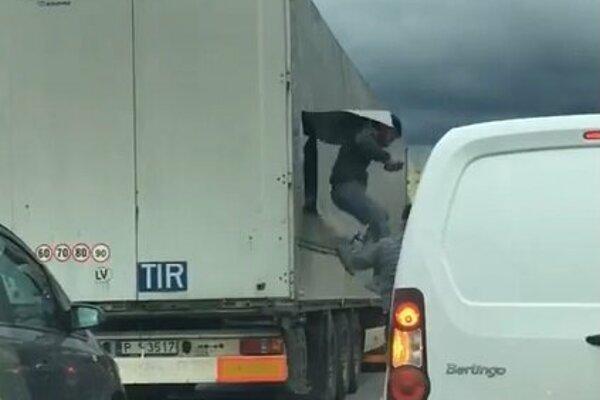 Video zachytilo, ako migranti vyskakujú z kamióna.