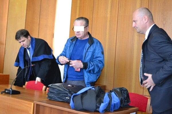 Agropodnikateľ Diego R. na súde s obhajcami.