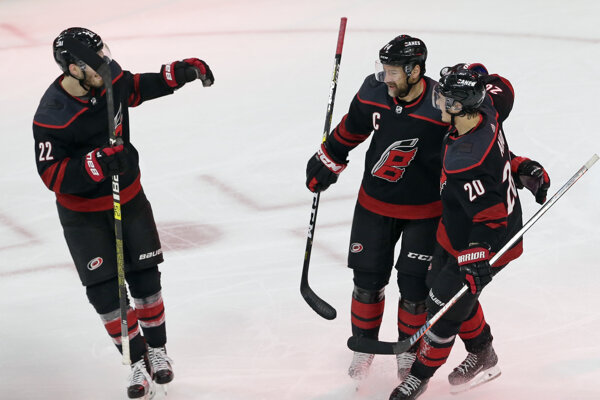 Justin Williams (uprostred) oslavuje gól v zápase s New York Islanders.