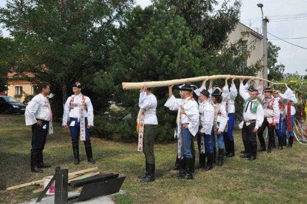 Na hody v Prietržke už tradične stavajú májku.