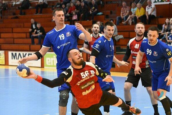 Šaľania (s loptou Peter Dudáš) vyrovnali stav série na 1:1. Tretí zápas sa bude hrať v sobotu v Považskej Bystrici.