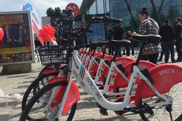 Bicykle sú dostupné v celom meste, na ich odomknutie je potrebná aplikácia v mobile.