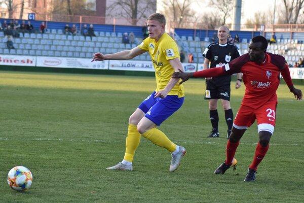 Ukrajinec Juri Zacharkiv (vľavo) strelil druhý gól v našej lige a opäť do siete Serede.