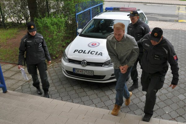 Policajti predvádzajú 20-ročného Poliaka pred sudcu.