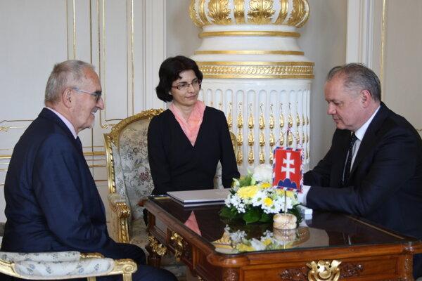 Poradca prezidenta Martin Bútora, novovymenovaná členka Správnej rady Ústavu pamäti národa (ÚPN) Marína Zavacká, prezident Andrej Kiska.