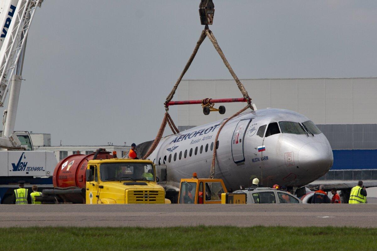 7c9b35b65a190 Žeriav dvíha trosky lietadla Suchoj Superjet 100 spoločnosti Aeroflot,  ktoré núdzovo pristálo na moskovskom letisku