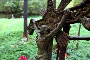 Niekdajší život v podhradí pripomína cintorín.