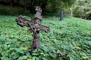Spustnutý cintorín.
