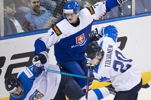 Kaapo Kakko (vľavo v páde) si proti Slovensku zahral na prelome rokov na MS do 20 rokov, Fíni tento súboj vyhrali 5:1.