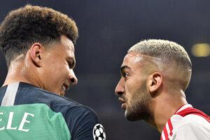 Dele Alli (vľavo) a Hakim Ziyeh počas zápasu Ajax Amsterdam - Tottenham Hotspur.