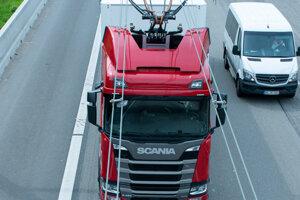 Kamióny môžu v jazdiť na desaťkilometrovom úseku v Nemecku na elektrinu.