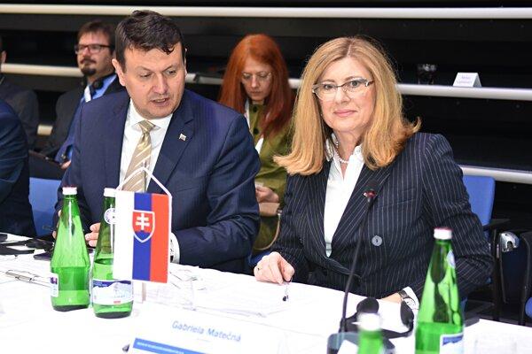 Ministerka pôdohospodárstva a rozvoja vidieka (MPRV) SR Gabriela Matečná a generálny riaditeľ sekcie potravinárstva a obchodu MPRV Milan Lapšanský.