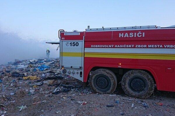 Hasiči zasahovali aj na skládke v Rakoviciach.