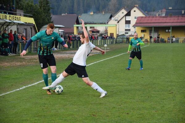 Peter Puček (naľavo) v aktuálnej sezóne oblieka dres ŠK Čierne v V. lige skupina A.