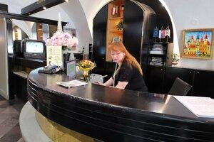 Recepčná Ingrid - v hoteli sú ubytovaní fanúšikovia z Anglicka.