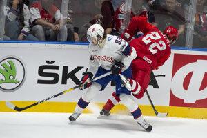 Thomas Valkvae Olsen (vľavo) v súboji s Nikitom Zajcevom v zápase Ruska proti Nórsku na MS v hokeji 2019.