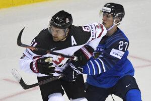 Eetu Luostarinen (vpravo) v súboji s Markom Stoneom v zápase Fínska proti Kanade na MS v hokeji 2019.