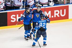Hráči Fínska oslavujú víťazstvo nad Kanaďanmi.