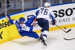 Ladislav Nagy (vľavo) v súboji s Brady Skjeiom v zápase USA - Slovensko na MS v hokeji 2019.