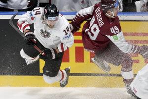 Patrick Peter (Vľavo) v súboji s Lotyšom Gegerisom v zápase medzi Rakúskom a Lotyšskom na MS v hokeji 2019.