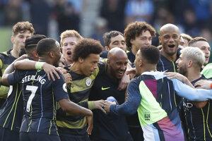 Futbalisti Manchestru City oslavujú obhajobu titulu v anglickej Premier League.
