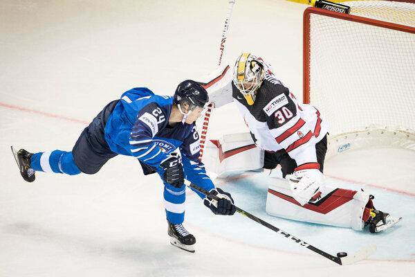 Kaapo Kakko (vľavo) prekonáva Matta Murrayho v skupinovom zápase Fínsko - Kanada na MS v hokeji 2019.