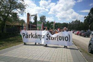 V sobotu sa proti pamätníku protestovalo.